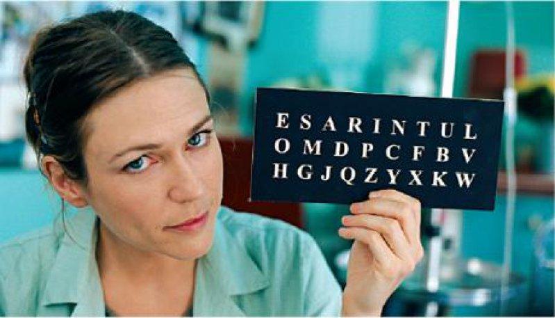 Nach ihrer Häufigkeit in der französischen Sprache werden Bauby von seiner Sekretärin Henriette Durand (Marie-Josée Croze) Buchstaben vorgelesen. Foto: Prokino Filmverleih