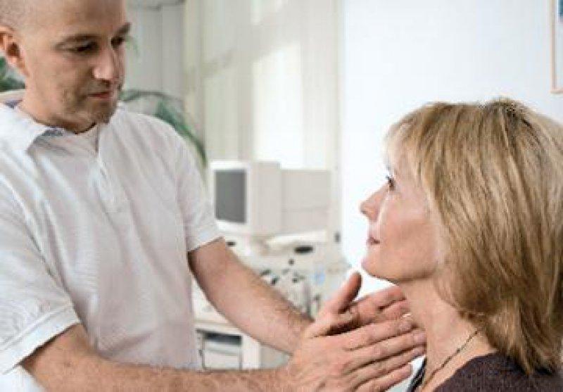 Das Abtasten der Lymphknoten ist eine der ersten Untersuchungen beim Verdacht auf ein Non-Hodgkin- Lymphom. Foto: Roche Pharma AG 2008