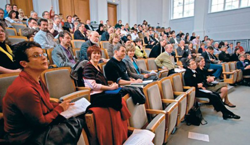 Der Hörsaal der Kaiserin-Friedrich-Stiftung versetzte die Teilnehmer zurück in Ausbildungszeiten. Fotos: Kay Funke-Kaiser