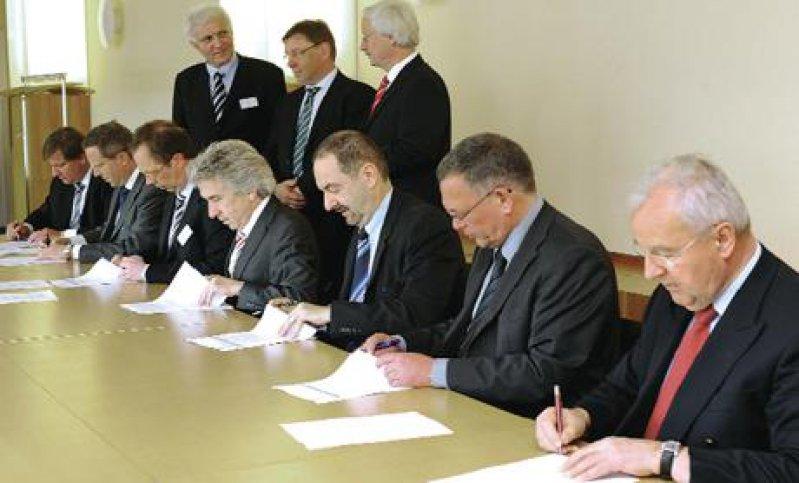 Die Abrechnungsvorgaben für den neuen Hausärztevertrag passen auf einen Bierdeckel, sagt AOK-Vorstandsvize Dr. Christopher Hermann (Mitte). Unterschrieben wurde er im Vorfeld der Pressekonferenz – auf DIN-A4-Bögen. Foto: AOK Baden-Württemberg