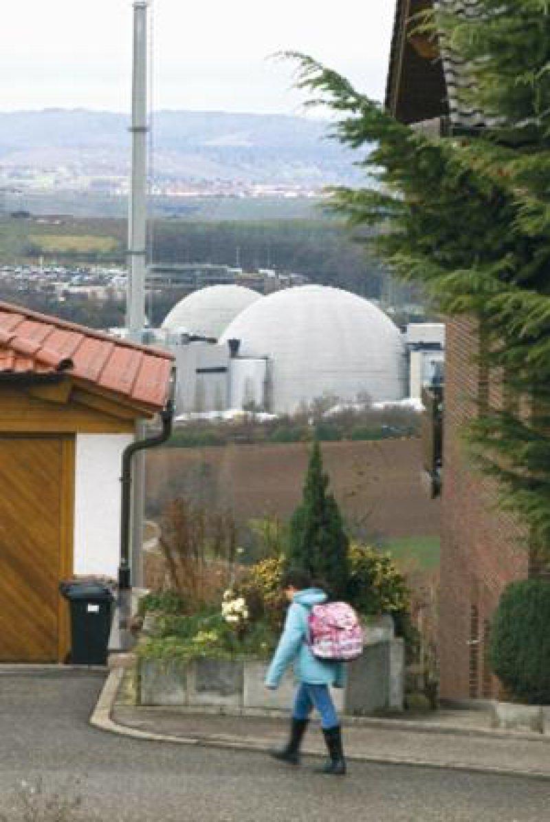 Das Kernkraftwerk Neckarwestheim und ein Neubaugebiet liegen in enger Nachbarschaft. Foto: ddp