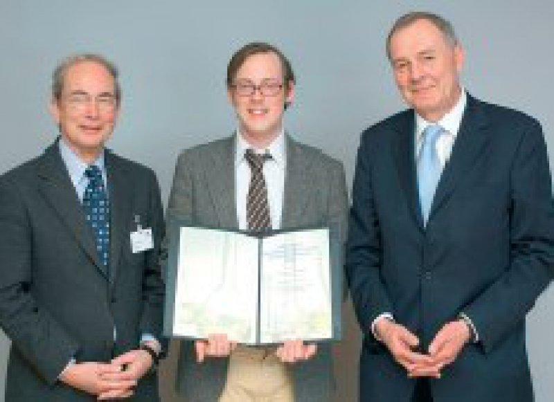 Dietrich Reinhardt, Kinderklinikum München, Dominik Hartl, Preisträger, und Harald Greve, Firma Klosterfrau (von links). Foto: Klosterfrau-Forschung