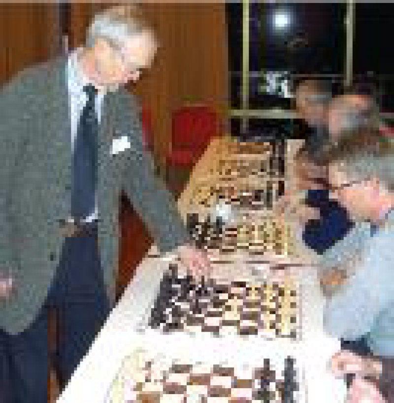 Mentor und Motor der Ärzteschachmeisterschaften: Großmeister Helmut Pfleger verbuchte beim Simultan elf Siege und drei Unentschieden.