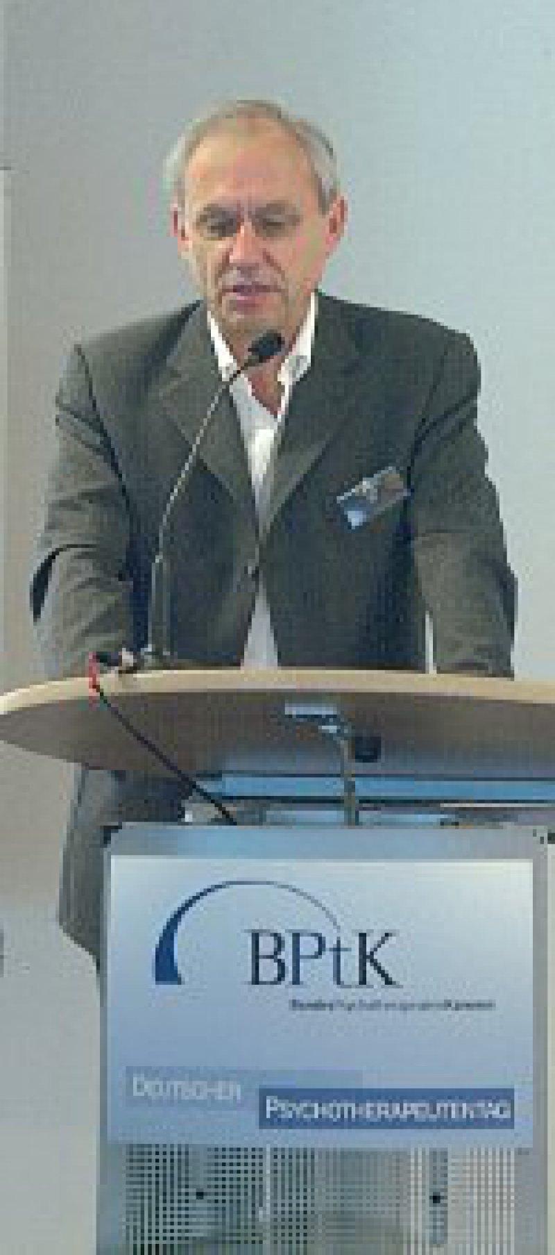Der Bremer Kammerpräsident, Karl-Heinz Schrömgens, wies auf die dramatischen Versorgungsprobleme in Bremerhaven hin, wo inzwischen drei von vier Kindern unter Hartz-IV-Verhältnissen aufwachsen.