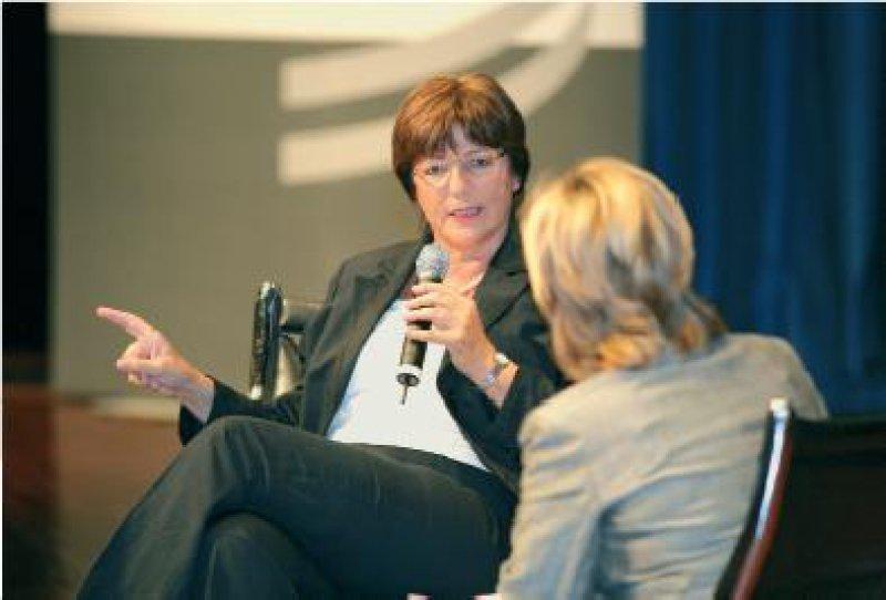 Fingerzeig auf die Länder: Ulla Schmidt will zusammen mit den Kliniken dafür streiten, dass aus den Landeshaushalten mehr Geld für Krankenhausinvestitionen fließt. Foto: FOX-Fotoagentur