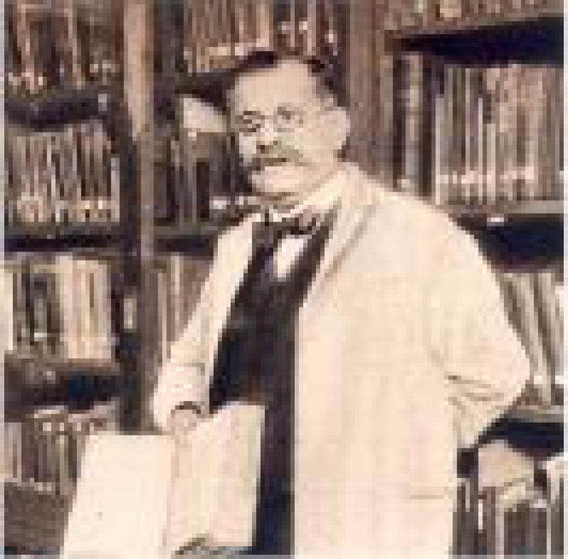 Magnus Hirschfeld vor den Regalen der Institutsbibliothek