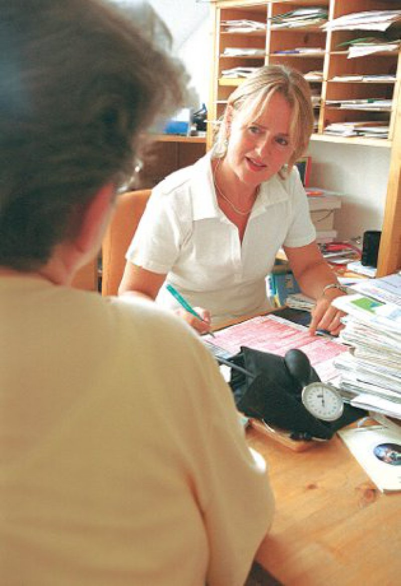 Ärztinnen und Ärzte verfügen über eine andere Erkenntnis und Handlungsmethodik und ein anderes Beobachtungsfeld als klinische Studien.