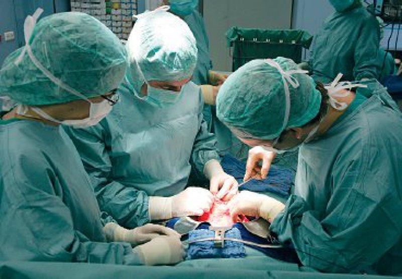 Handnaht oder Klammernahtgerät: Operateure aus 20 europäischen Zentren einigten sich auf einheitliche Operationstechniken bei Pankreasoperationen. Foto:ddp