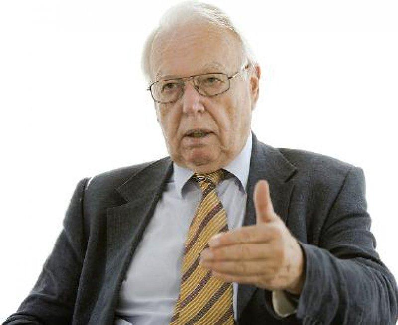 Rainer Hess, Jahrgang 1940, bis Ende 2003 Hauptgeschäftsführer der Kassenärztlichen Bundesvereinigung, wurde soeben für eine zweite Amtszeit als unparteiischer Vorsitzender des Gemeinsamen Bundesausschusses, nunmehr in hauptamtlicher Funktion, bestätigt.