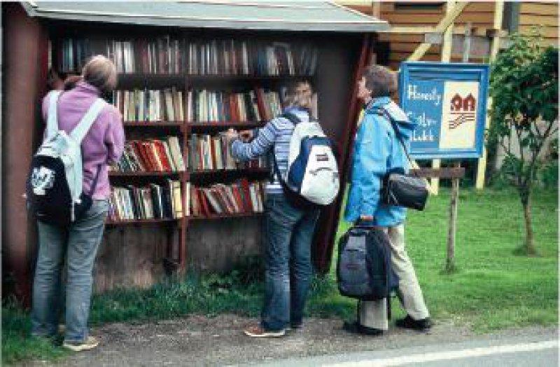 Auf stolze 4,5 Kilometer Gesamtlänge kommen die Bücherregale im Dorf. Fotos: Ulrich Willenberg