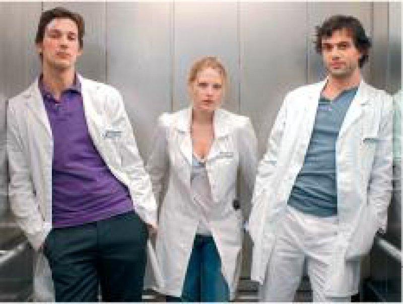 Dr. Gretchen Haase (Diana Amft) im Liebeschaos: Ihr Oberarzt Dr. Marc Meier (Florian D. Fitz, links) ist Gretchens ewiger Jugendschwarm – und ein Obermacho, der sanftmütige Gynäkologe Dr. Mehdi Kaan (Kai Schumann) dagegen eher ein Langweiler. Foto: RTL/Bajo