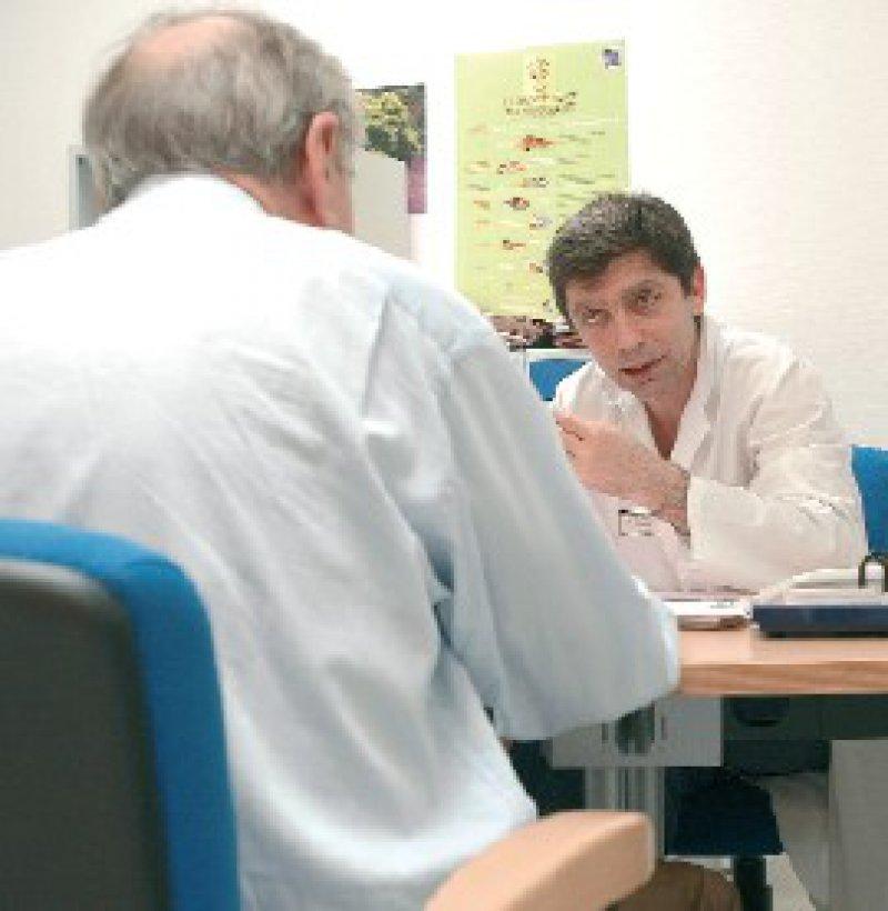 Beratung beim Arzt: Nehmen chronisch Kranke diese nicht wahr, müssen sie mit finanziellen Sanktionen rechnen. Foto: Superbild