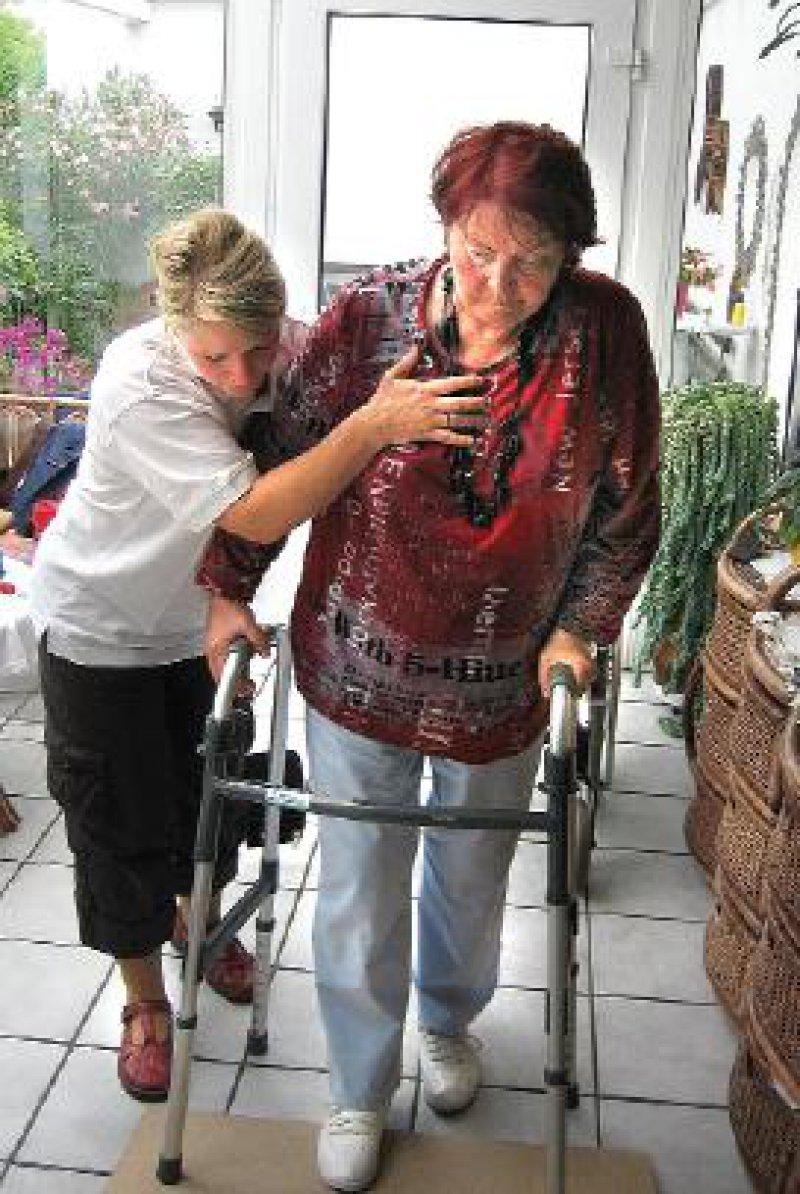 Training an der Rollstuhlrampe im Wintergarten: Schlaganfallpatientin Brigitta Meyfarth kommt dank der mobilen Reha zu Hause immer besser zurecht. Fotos: Birgit Hibbeler