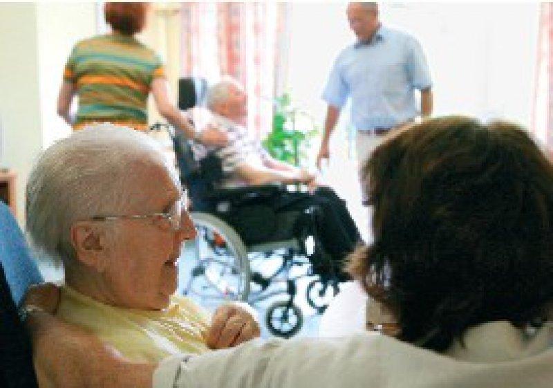 Demenzkranke in Pflegeheimen sollen künftig durch zusätzliches Personal besser betreut werden. Foto: dpa