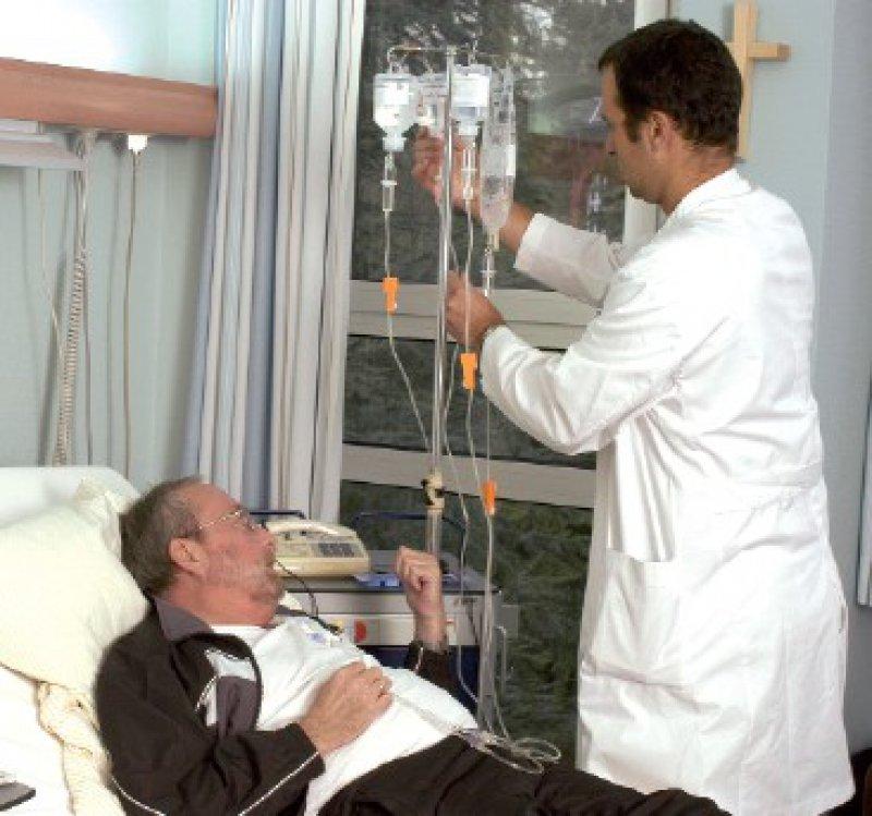Der Arzt beeinflusst die Erwartungen des Patienten und kann Placeboeffekte auslösen. Diese lassen sich bei der postoperativen Analgesie auch gezielt durch Konditionierung hervorrufen: Die Opioide können dann reduziert werden. Diese Placebowirkung hält circa drei Tage an. Foto: Peter Wirtz