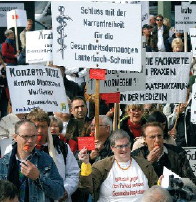 """Protest gegen die Gesundheitspolitik der Bundesregierung: Die """"Freie Ärzteschaft"""" hatte zur Teilnahme aufgerufen. Foto: dpa"""