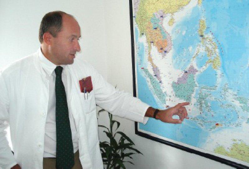 Der Besucher wundert sich über den riesigen Kreis, den Volker Klinnert mit seiner Hand beschreibt, als er sein Einsatzgebiet zeigt: 16 000 Inseln plus die Philippinen, Malaysia und Thailand zählen dazu.