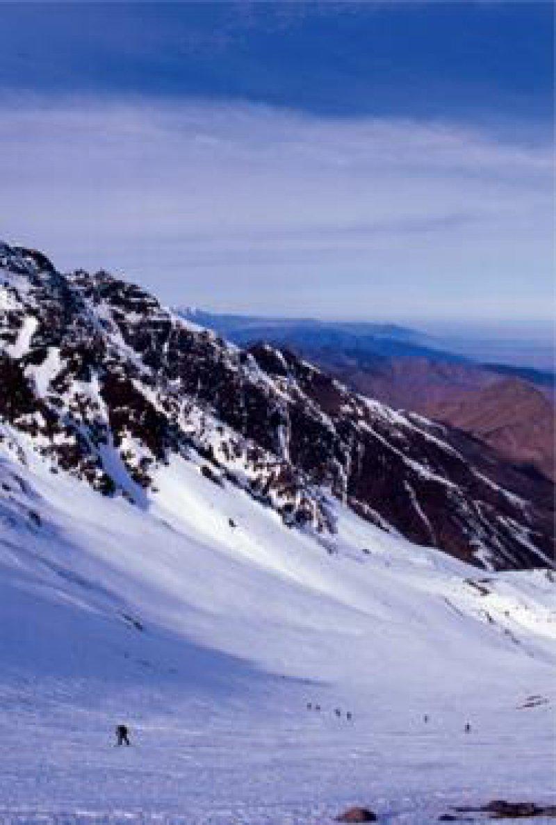 Yallah, yallah – weiter, weiter: Über weite Schneefelder geht es dem Sattel des Tit Likemt entgegen.