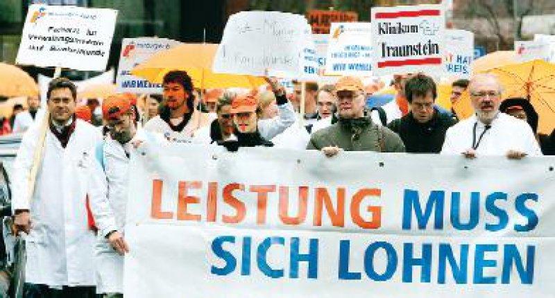 Mehrere Tausend Klinikärzte beteiligten sich nach Angaben des Marburger Bundes an einem eintägigen Warnstreik am 13. März. Foto: dpa