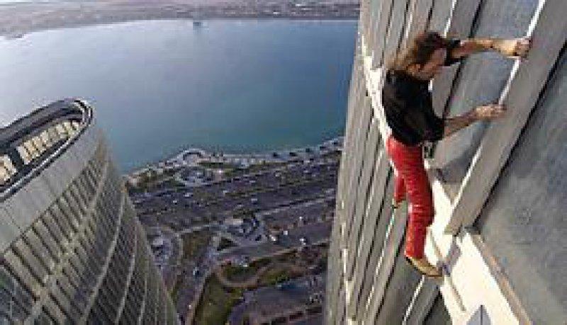 Spiderman: Alain Robert climbing New Adia Tower in Abu Dhabi, 2007. Foto: Emmanuel Aguirre 2007
