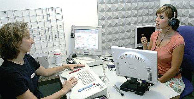 Hörtest in der HNO-Praxis: Für de Hördiagnostik stehen unterschiedliche Tests und Messverfahren zur Verfügung. Foto: dpa