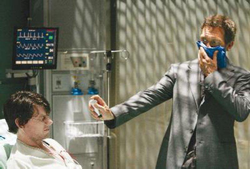 Igitt, ein fieser Patient – TV-Arzt Dr. House hat seine eigenen Methoden, um lästige Zeitgenossen auf Distanz zu halten.