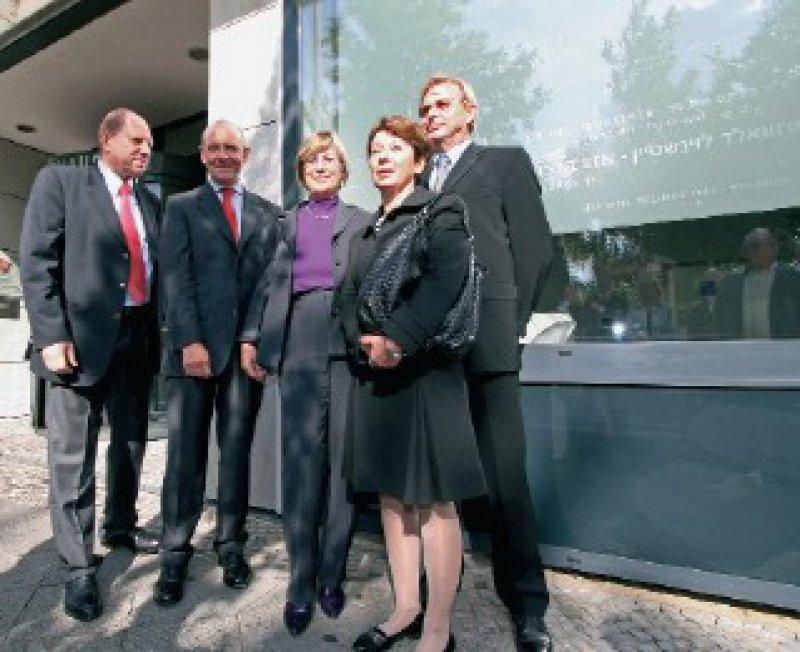 Bei der Einweihungsfeier: Roman Skoblo, Klaus Theo Schröder, Angelika Prehn, Lala Süßkind und Manfred Richter-Reichhelm (von links). Foto: Reinhold Schlitt