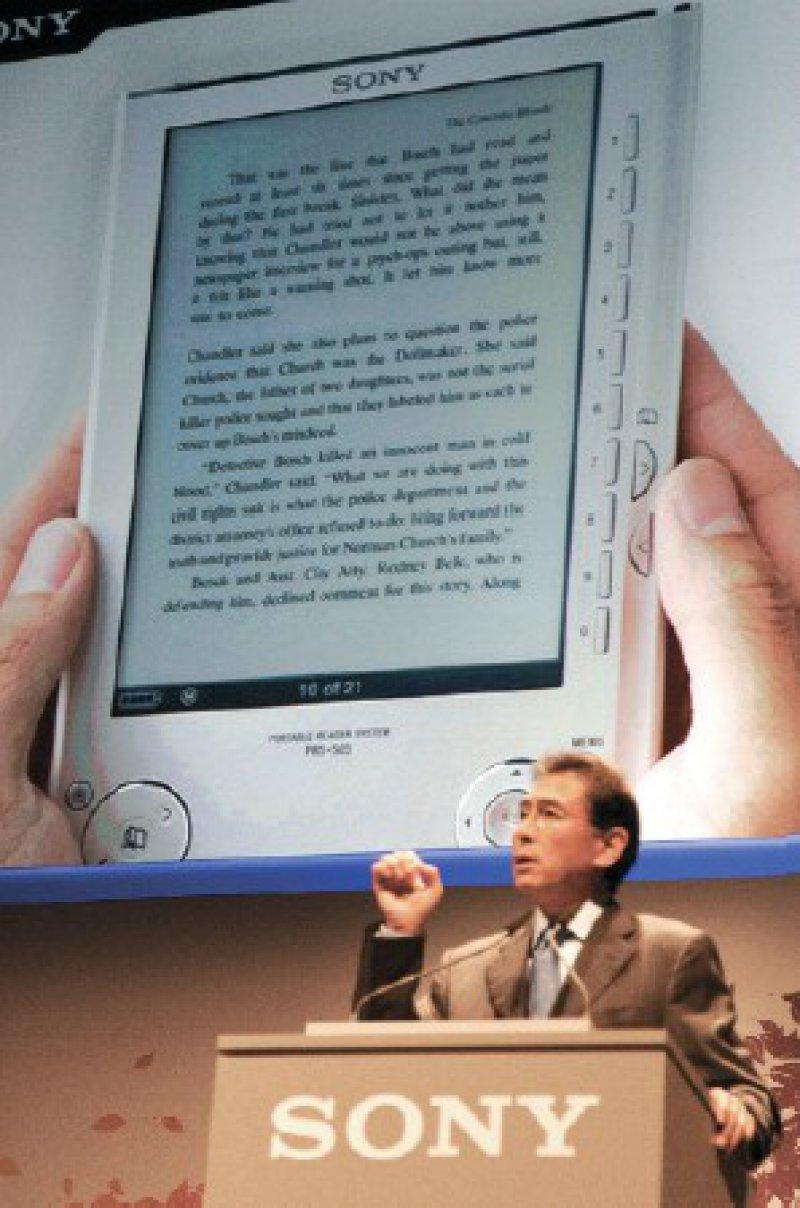 Vom Erfolg des E-Books überzeugt: Der Europa-Chef von Sony, Fujio Nishida, bei einer Präsentation des digitalen Lesegeräts Foto: action press