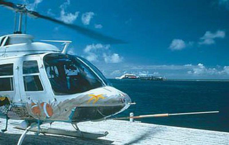 Himmelsritt auf dem Regenbogen: Bis zu zwölfmal täglich startet der Helikopter zum Flug über das Riff.