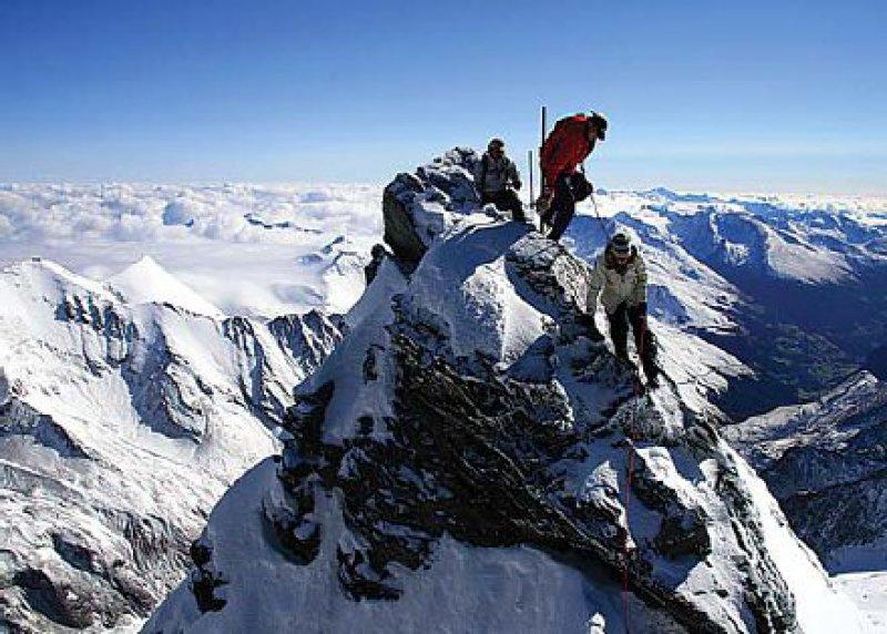 """Auf dem Gipfel: Vormals """"vornehmstes Ziel wissenschaftlicher Betätigung"""", heute sportlich-alpine Herausforderung. Foto: Tourismusbüro Kals"""
