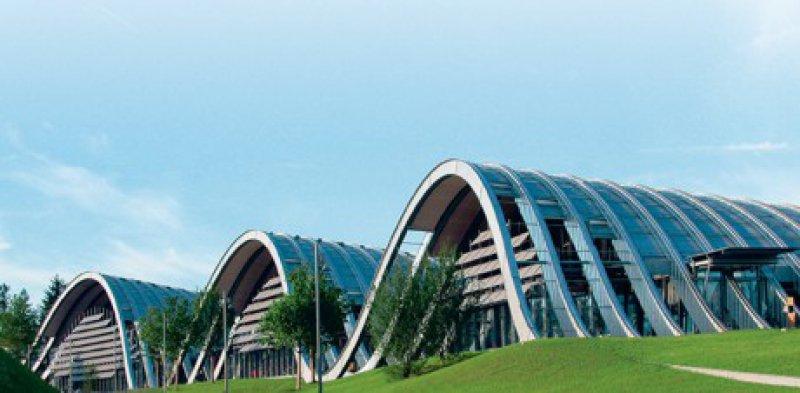 Renzo Piano hat mit dem Zentrum Paul Klee ein fulminantes Bauwerk geschaffen, das in die Landschaft zu fließen scheint. Foto: Zentrum Paul Klee
