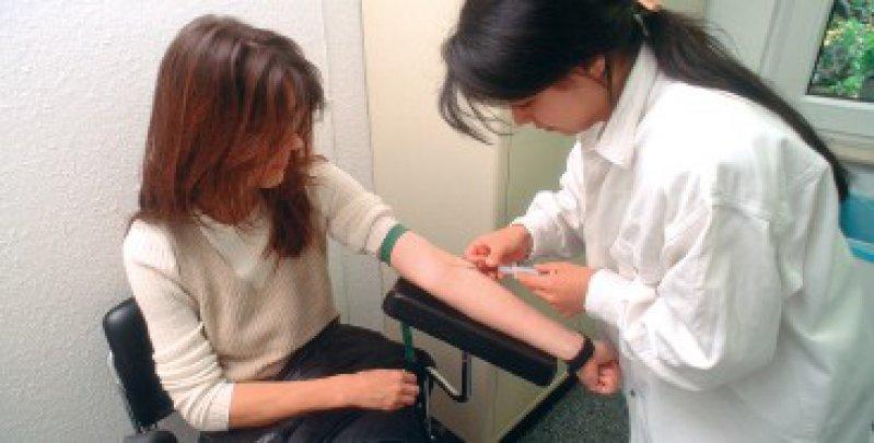 Bei Problemen mit minderjährigen Beschäftigten – das Foto zeigt eine Auszubildende zur Medizinischen Fachangestellten – muss der Arzt die Kündigung an deren Eltern richten. Foto: laif