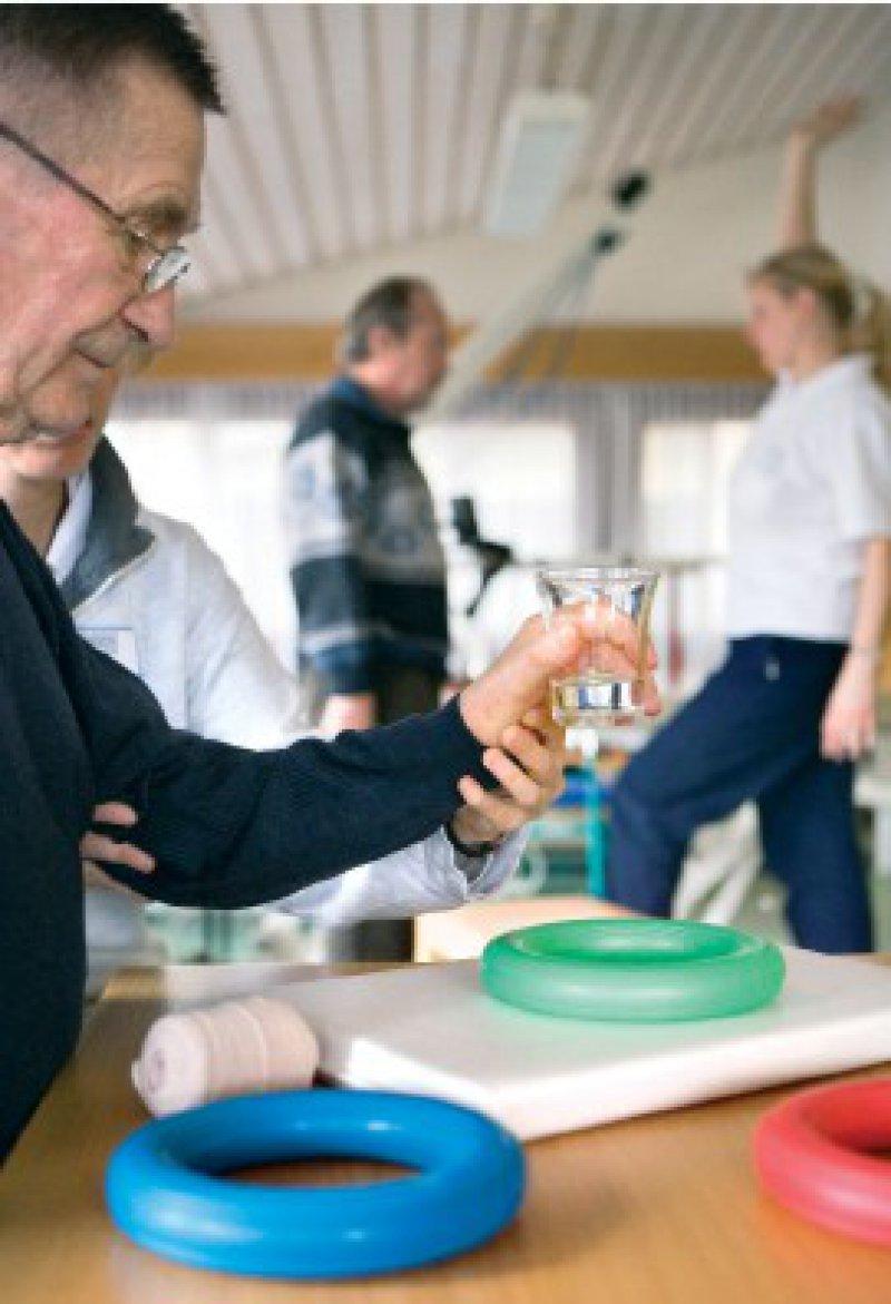 Rehabilitation wird immer aufwendiger: Das Durchschnittsalter der Patienten steigt. Wegen der DRGs werden sie schneller aus dem Krankenhaus entlassen als früher. Foto: Picture-Alliance/Keystone