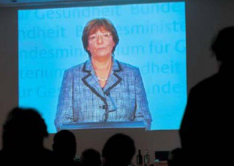 Public Viewing beim Hartmannbund: Per Videobotschaft verkündete Gesundheitsministerin Ulla Schmidt, dass sie von einer Rationierungsdiskussion gar nichts halte. Fotos: Jürgen Gebhardt