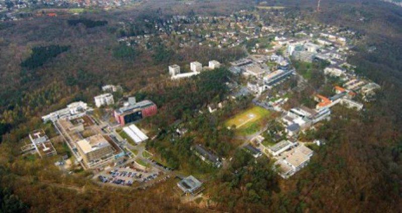 """Der Venusberg in Bonn mit dem Universitätsklinikum: In der """"Südkurve"""" des Geländes entstehen 2010 die Neubauten des Demenzzentrums. Dort befindet sich heute unter anderem ein Parkplatz. Foto: Universitätsklinikum Bonn"""