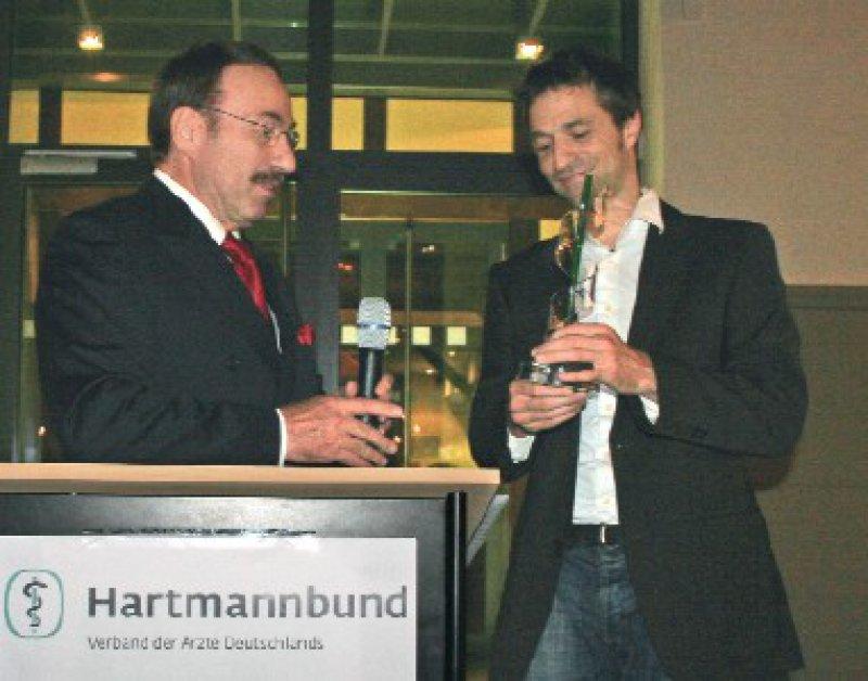 Dr. Kuno Winn, Vorsitzender des Hartmannbunds, überreicht den Film- undFernsehpreis 2008 an Wolfgang Lemme. Foto: Katja Krahmer