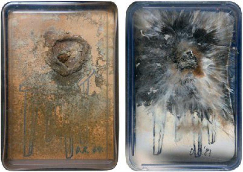 """""""Taschenzimmer"""" (1968), Spielkartenbox aus Plastik mit gestempelten Papier, Bananenscheibe und Schimmel. In einer Pappschachtel, innen gestempelt vom VICE-Versand, Remscheid. Auflage unlimitiert. 11 × 7,4 × 1,7 cm, auf dem Papier monogrammiert und datiert ab 1968 (bis letztmalig 1987). Hier zwei Exemplare aus den Jahren 1969 und 1987. Fotos: Eberhard Hahne"""