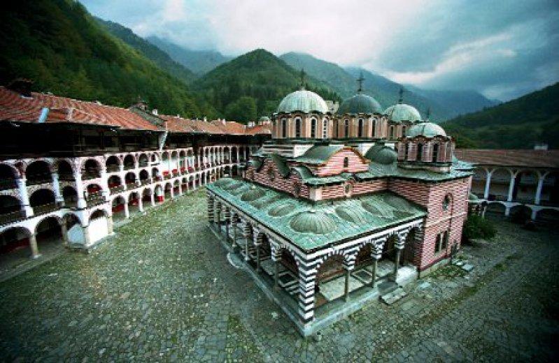 Die Hauptkirche Sveta Bogorodica (Heilige Gottesmutter) im Innenhof des Rila-Klosters, das im 10. Jahrhundert vom Beschützer Bulgariens, dem Heiligen Ivan Rilski, gegründet wurde Foto: Caro