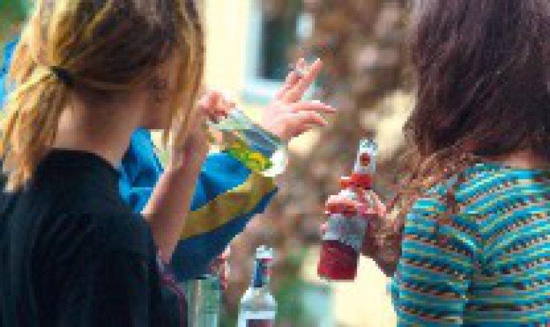 Immer noch in Mode: Rund 20 Prozent der befragten Teenager hatten im vergangenen Monat exzessiv Alkohol getrunken. Foto: dpa