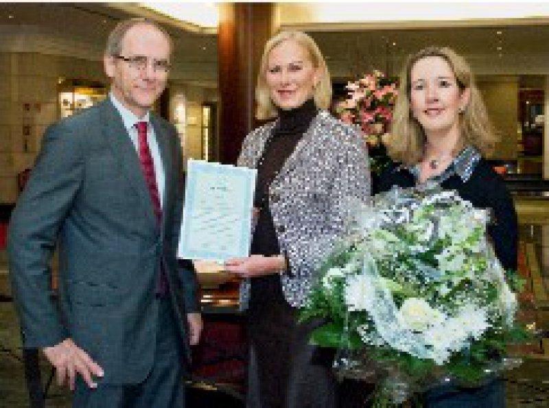 Preisverleihung in Berlin: Chefredakteur Heinz Stüwe und Redakteurin Catrin Marx gratulieren Jutta Baumann (Mitte). Foto: Svea Pietschmann