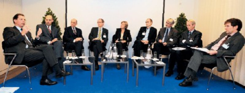 Podiumsteilnehmer von links nach rechts: Prof. Dr. Herbert Rebscher, Prof. Dr. med. Dr. phil. Eckhard Nagel, Staatssekretär Dr. Klaus Theo Schröder, Heinz Stüwe (DÄ-Chefredakteur), Dr. med. Vera Zylka-Menhorn (DÄ-Ressortleiterin), Priv.-Doz. Dr. med. Jörg Carlsson, Priv.-Doz. Dr. med. Ady Osterspey, Prof. Dr. med. Jörg-Dietrich Hoppe, Prof. Dr. med. Dr. phil. Urban Wiesing Fotos: Svea Pietschmann