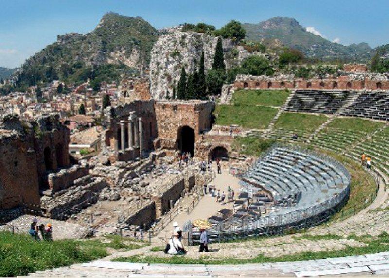 Das antike Theater von Taormina ist nach dem von Syrakus das zweitgrößte auf Sizilien. Foto: Mondial Tours
