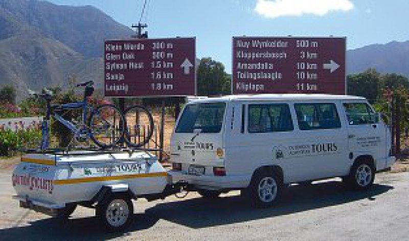 Reiseführer Dave transportiert in seinem VW-Bus die Verpflegung, bei Bedarf auch Räder und müde Radler.