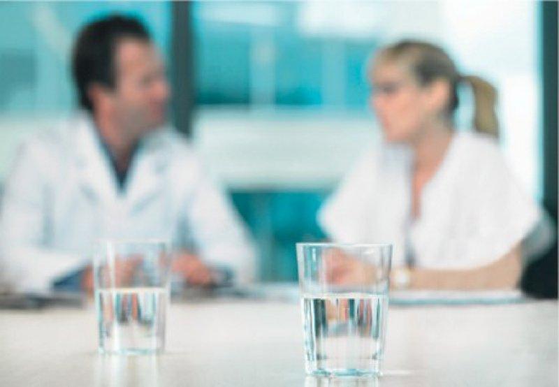Bilanz zu ziehen – darum geht es in Zielvereinbarungsgesprächen. Sie ersetzen nicht den intensiven Dialog im Klinikalltag. Foto: Vario-Images