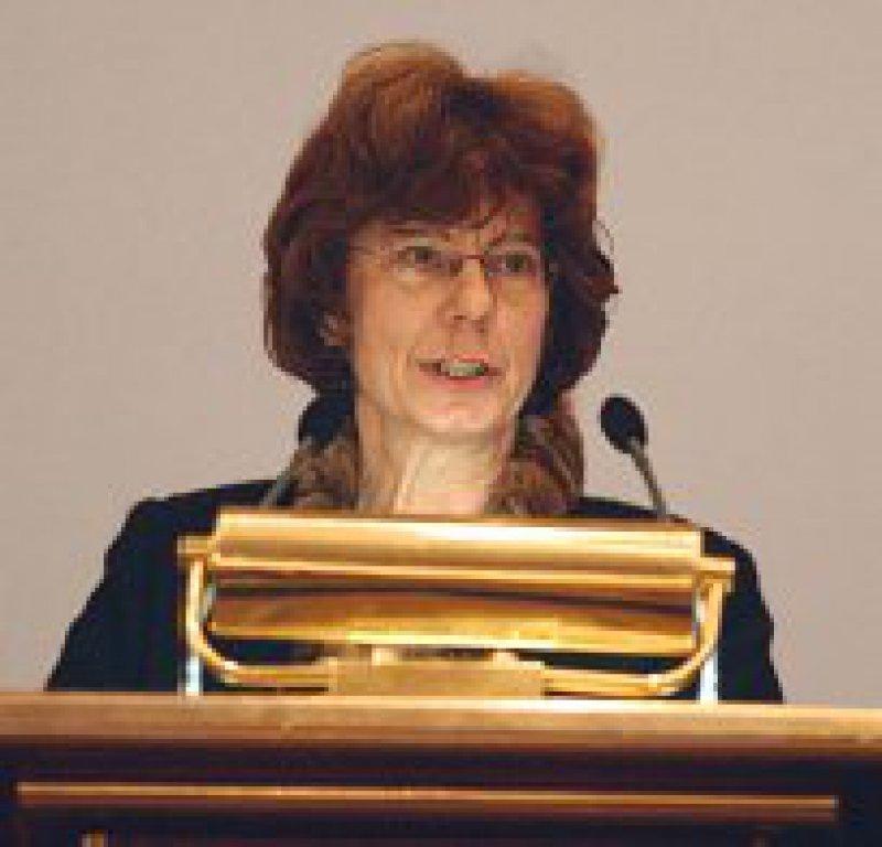 Die Präsidentin der gastgebenden ostdeutschen Psychotherapeutenkammer, Andrea Mrazek, forderte eine angemessene Bezahlung der Psychotherapeuten in Ausbildung.