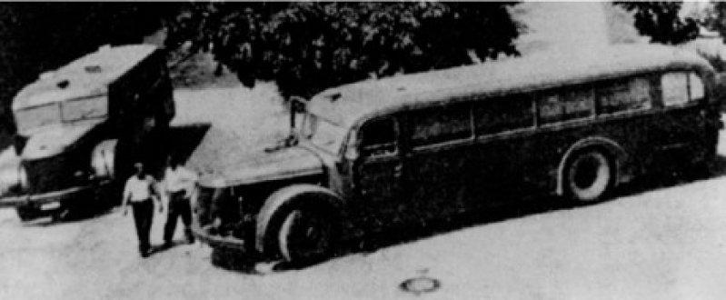 """Zwei Busse der Tarnorganisation GEKRAT (Gemeinnützige Gesellschaft für Krankentransporte), die den Transport der """"Euthanasie""""-Opfer in die Tötungsanstalten durchführte. Fotos: ullstein bild"""