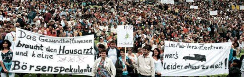 """""""Sie müssen jetzt Druck machen"""": Der Bayerische Hausärzteverband mobilisiert Ärzte und Patienten. Am 7. Juni 2008 protestierten 25 000 Menschen im Münchener Olympiastadion gegen die Gesundheitspolitik. Foto: dpa"""
