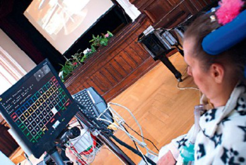 Kommunikation mittels Eye-Gaze- System: Die Patientin fixiert bestimmte Schaltflächen auf dem Bildschirm. Das System erfasst mit einer Kamera die Position der Pupille und errechnet daraus den Blickwinkel des Auges. Dieses Verfahren lässt sich zur Steuerung von Geräten oder zur Kommunikation nutzen. Foto: Farah Lenser