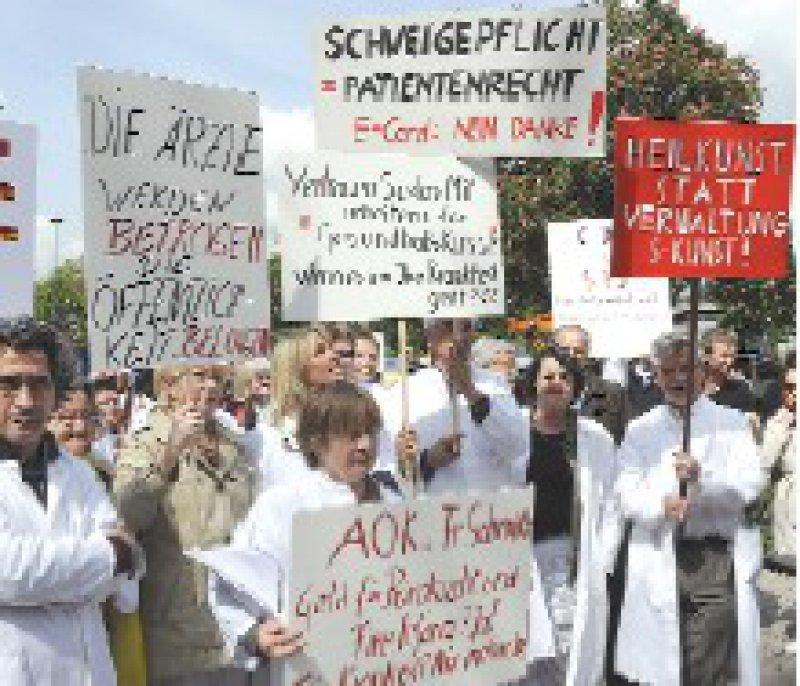 Kritik an den Kassen: Die Ärzte fordern den Abschluss eines Hausarztvertrags. Foto: dpa