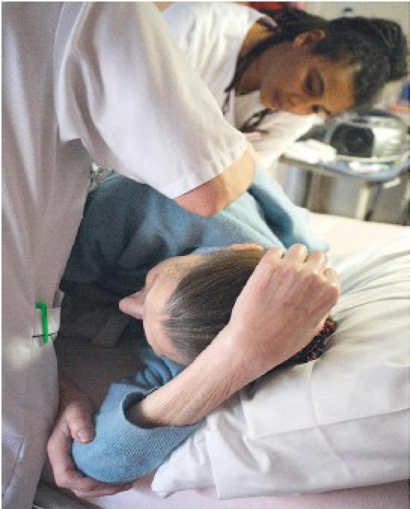 Vielfältiger, als es manchem scheint, sind die Anforderungen an Krankenschwestern und Krankenpfleger. Ein Hauptschulabschluss reiche nicht aus, meinen deshalb Experten. Foto: Superbild